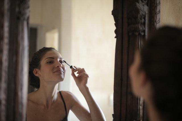 落ちかけのまつ毛パーマ対処法④:まつ毛美容液を使う
