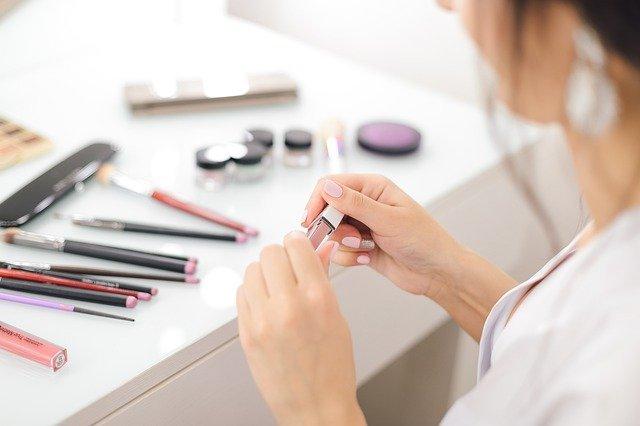 化粧品やメイクが肌に負担をかける3つの理由