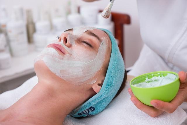 顔だけ肌が汚い理由②:化粧品とクレンジングの影響