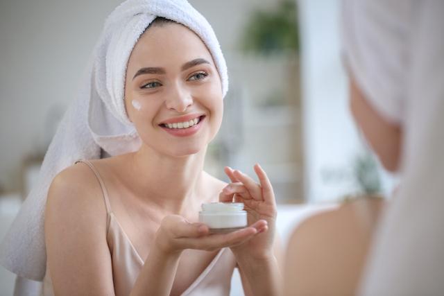 顔だけ肌が汚い理由③:過度なスキンケアの影響